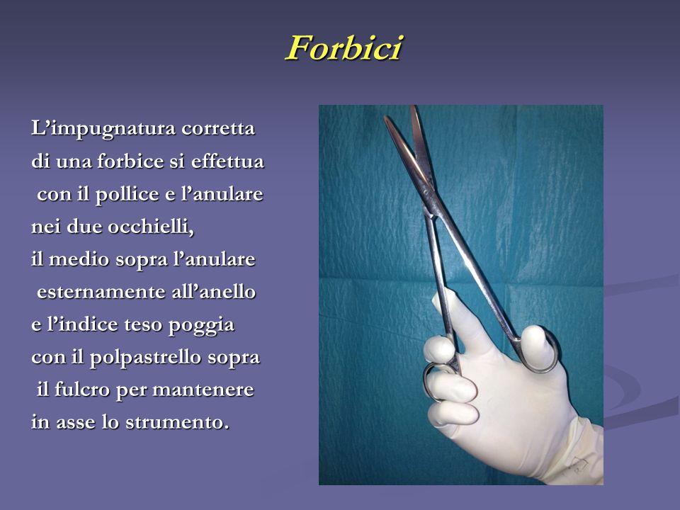 Forbici Limpugnatura corretta di una forbice si effettua con il pollice e lanulare con il pollice e lanulare nei due occhielli, il medio sopra lanular
