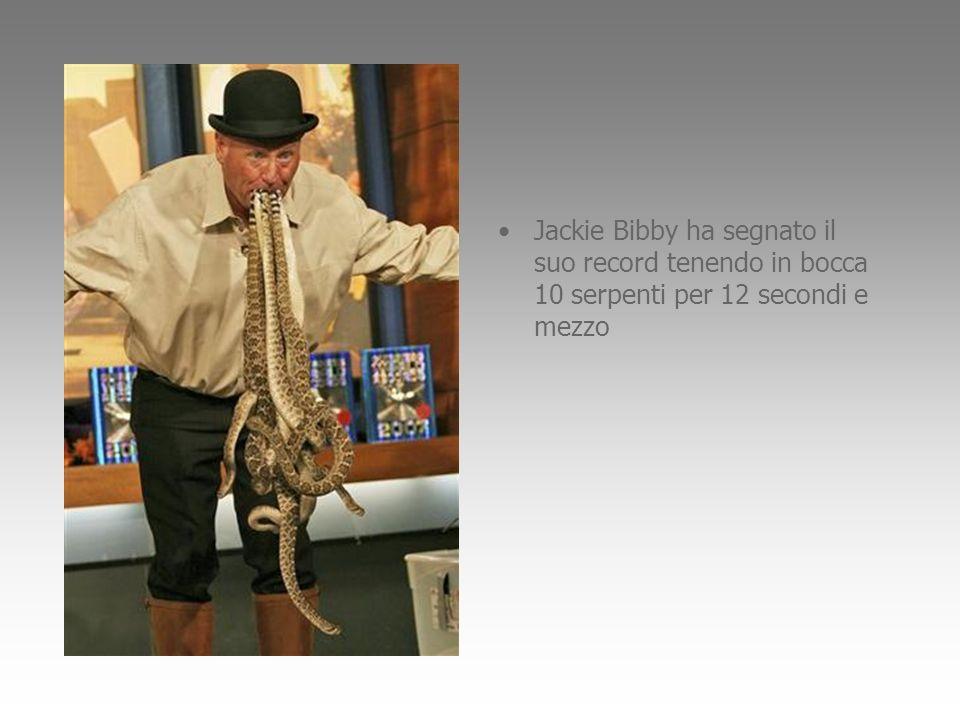 Jackie Bibby ha segnato il suo record tenendo in bocca 10 serpenti per 12 secondi e mezzo