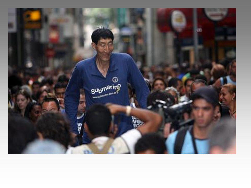 L uomo più alto del mondo è cinese e misura 2 metri e 36 centimetri Un immagine dell uomo più alto del mondo tratta dall edizione 2007 del Guinness World Records: il suo nome è Xi Shun ed è un pastore della Mogolia Interna alto
