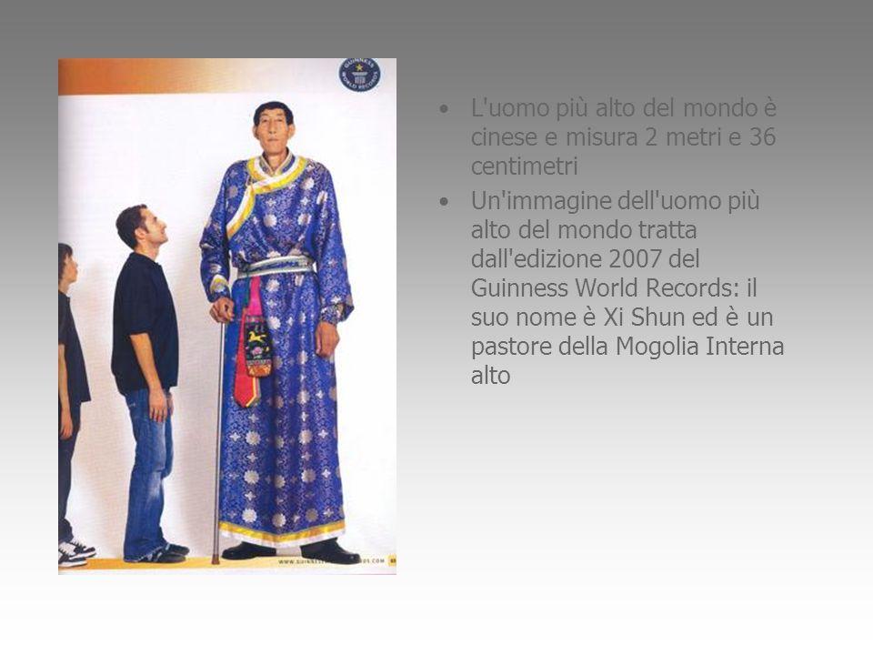 L'uomo più alto del mondo è cinese e misura 2 metri e 36 centimetri Un'immagine dell'uomo più alto del mondo tratta dall'edizione 2007 del Guinness Wo