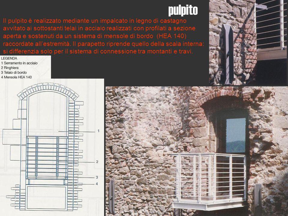 Il pulpito è realizzato mediante un impalcato in legno di castagno avvitato ai sottostanti telai in acciaio realizzati con profilati a sezione aperta