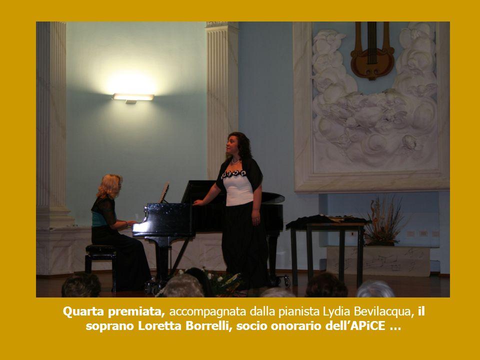 Quarta premiata, accompagnata dalla pianista Lydia Bevilacqua, il soprano Loretta Borrelli, socio onorario dellAPiCE …