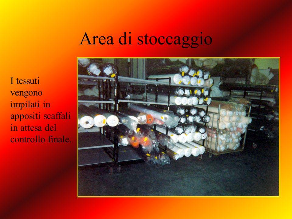 Area di stoccaggio I tessuti vengono impilati in appositi scaffali in attesa del controllo finale.