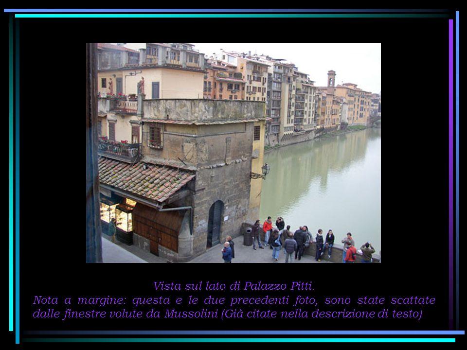 Nella piazzetta del ponte, il busto del maestro orafo Benvenuto Cellini è attorniato dai Lucchetti dellamore