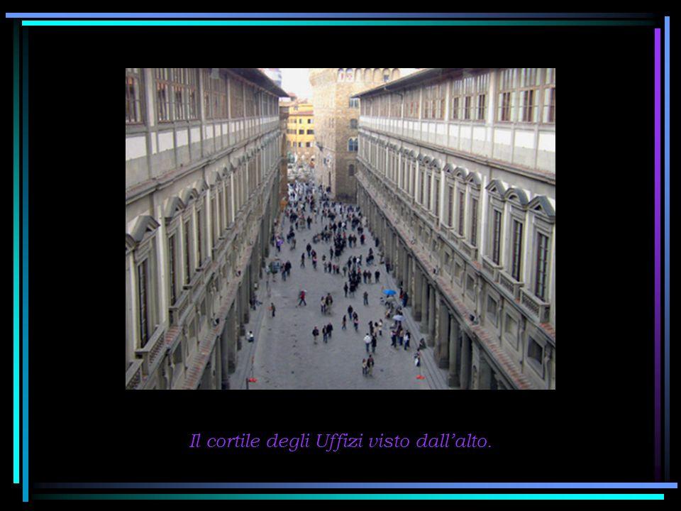 In fondo alla galleria, proprio sopra la Loggia dei Lanzi cè il Bar del museo.