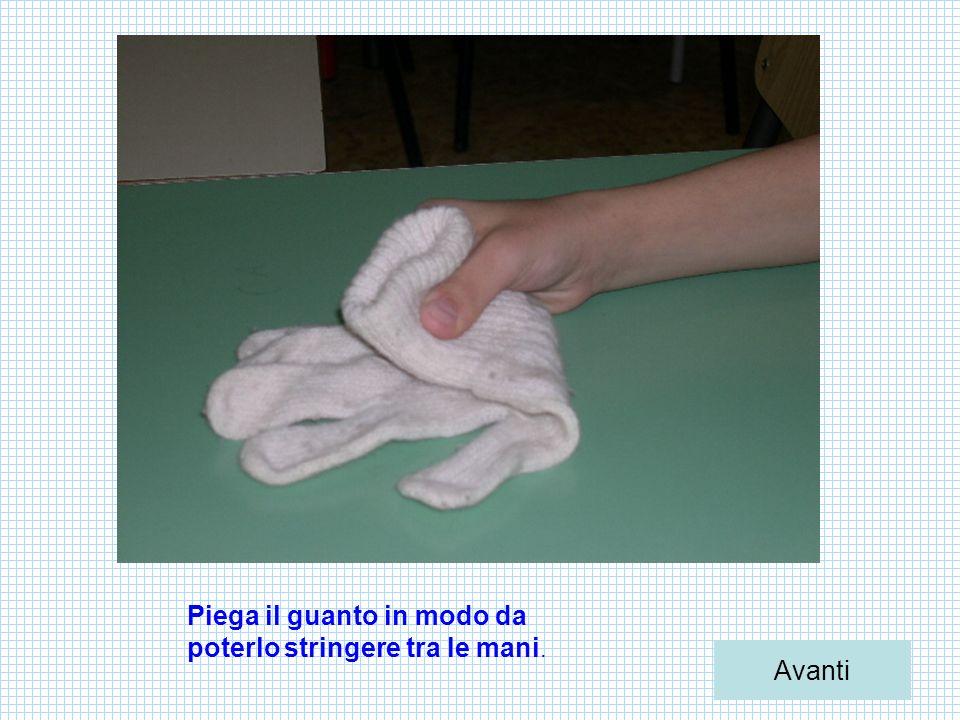 Piega il guanto in modo da poterlo stringere tra le mani. Avanti
