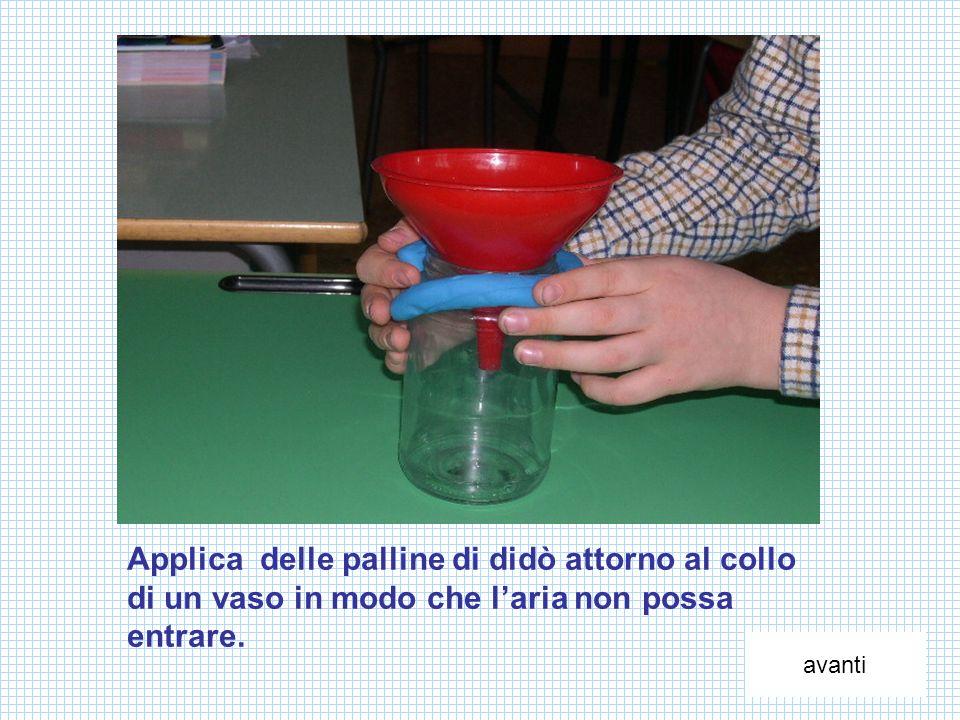 Applica delle palline di didò attorno al collo di un vaso in modo che laria non possa entrare. avanti
