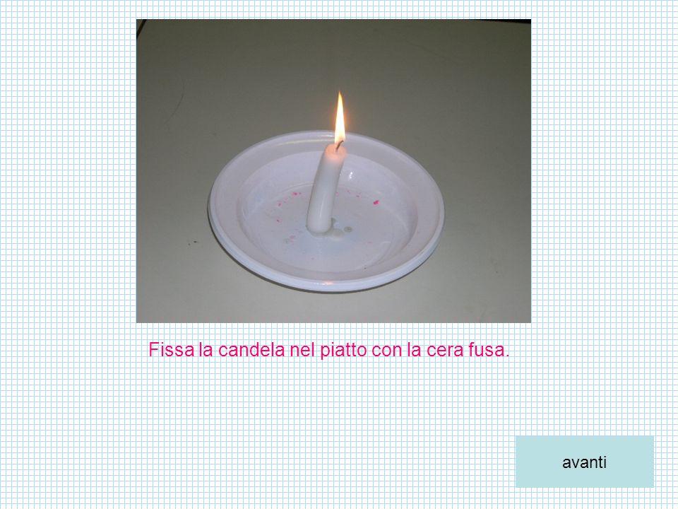 Fissa la candela nel piatto con la cera fusa. avanti