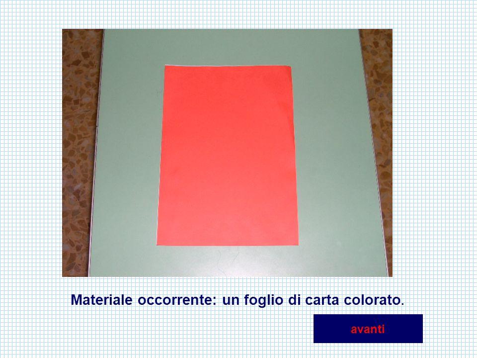 Piega il foglio a metà nel senso della lunghezza, poi riaprilo e ripiega un lembo in alto formando un angolo retto.