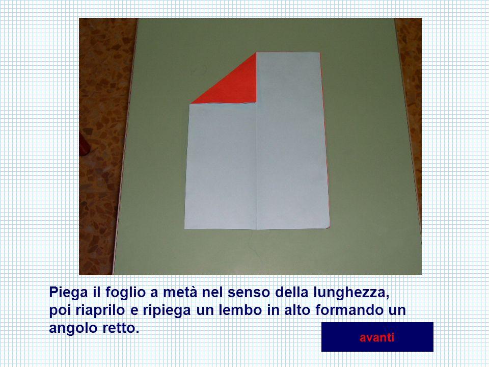 Piega il foglio a metà nel senso della lunghezza, poi riaprilo e ripiega un lembo in alto formando un angolo retto. avanti