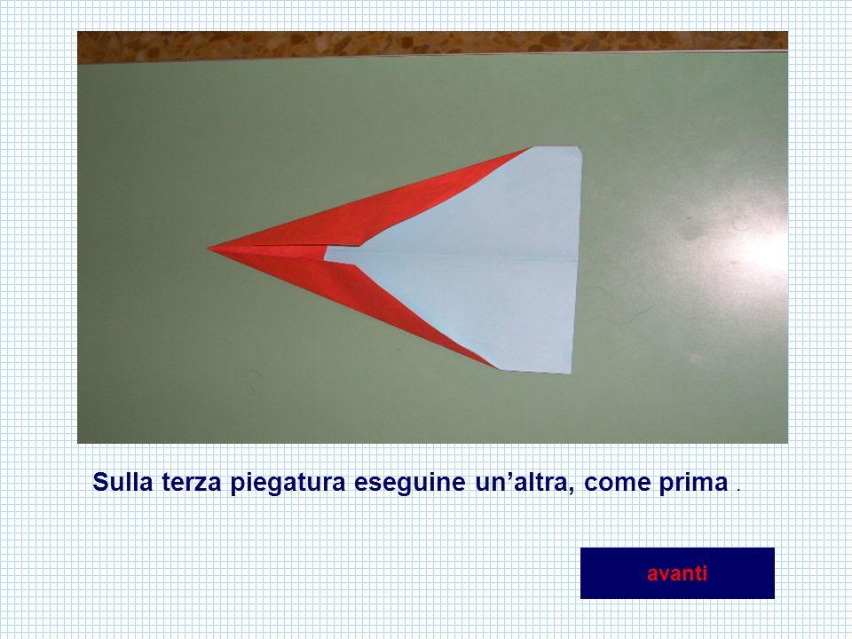 Piega di nuovo sulla linea mediana facendo unire le due metà, poi ripiega verso lesterno i due margini superiori per formare le ali avanti
