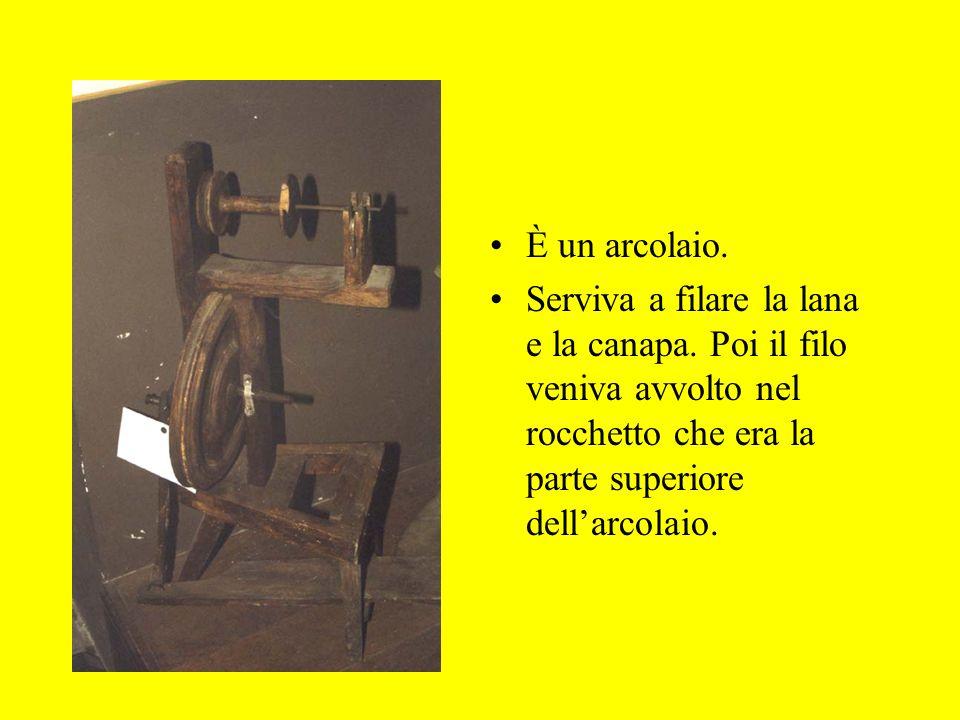 È un arcolaio. Serviva a filare la lana e la canapa. Poi il filo veniva avvolto nel rocchetto che era la parte superiore dellarcolaio.