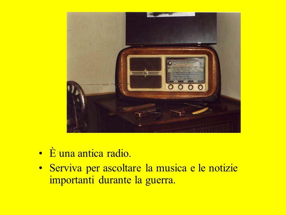 È una antica radio. Serviva per ascoltare la musica e le notizie importanti durante la guerra.