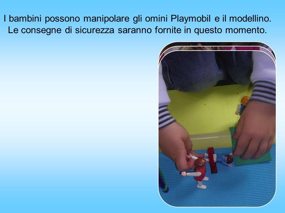 I bambini possono manipolare gli omini Playmobil e il modellino.