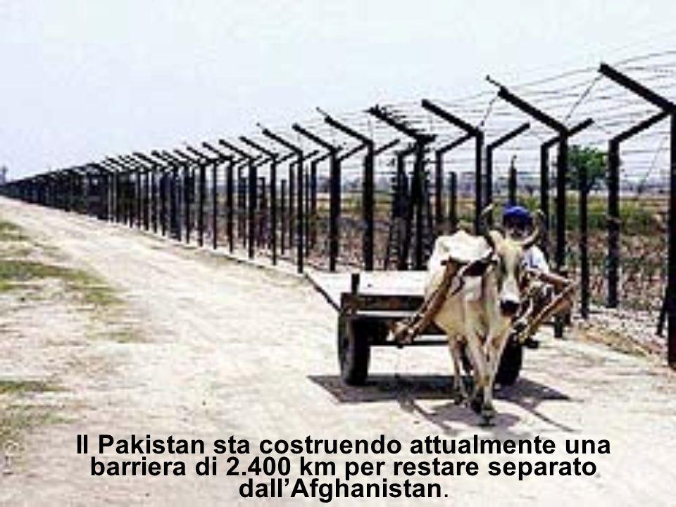 Il Pakistan sta costruendo attualmente una barriera di 2.400 km per restare separato dallAfghanistan.