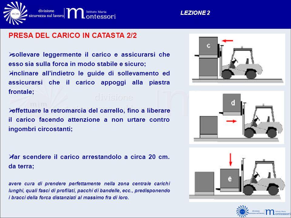 PRESA DEL CARICO IN CATASTA 2/2 sollevare leggermente il carico e assicurarsi che esso sia sulla forca in modo stabile e sicuro; inclinare all'indietr
