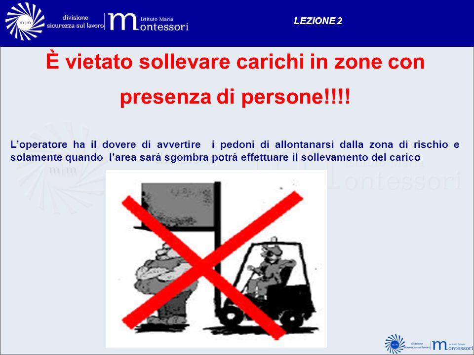 È vietato sollevare carichi in zone con presenza di persone!!!! Loperatore ha il dovere di avvertire i pedoni di allontanarsi dalla zona di rischio e