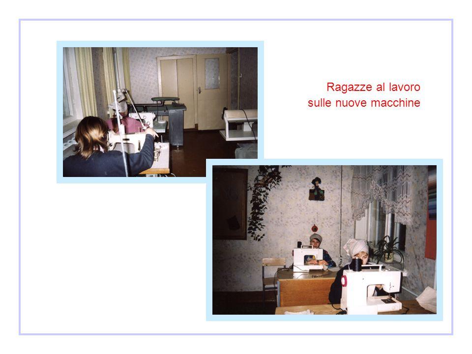 Istituto di Kostikovici Ragazza al lavoro sulle nuove macchine Dicembre 2003