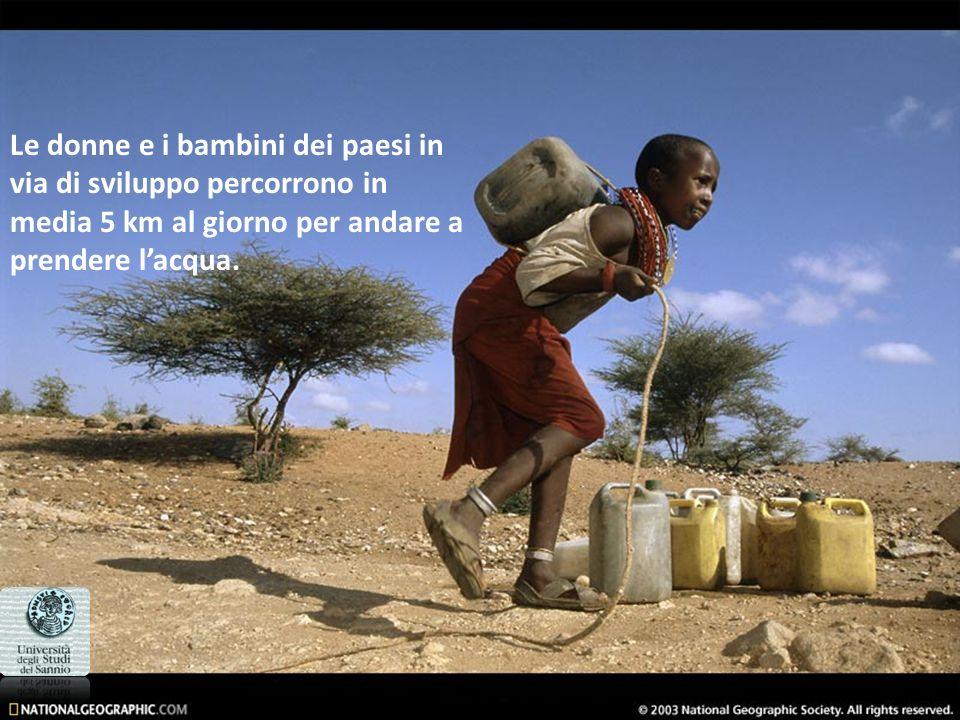 Le donne e i bambini dei paesi in via di sviluppo percorrono in media 5 km al giorno per andare a prendere lacqua.