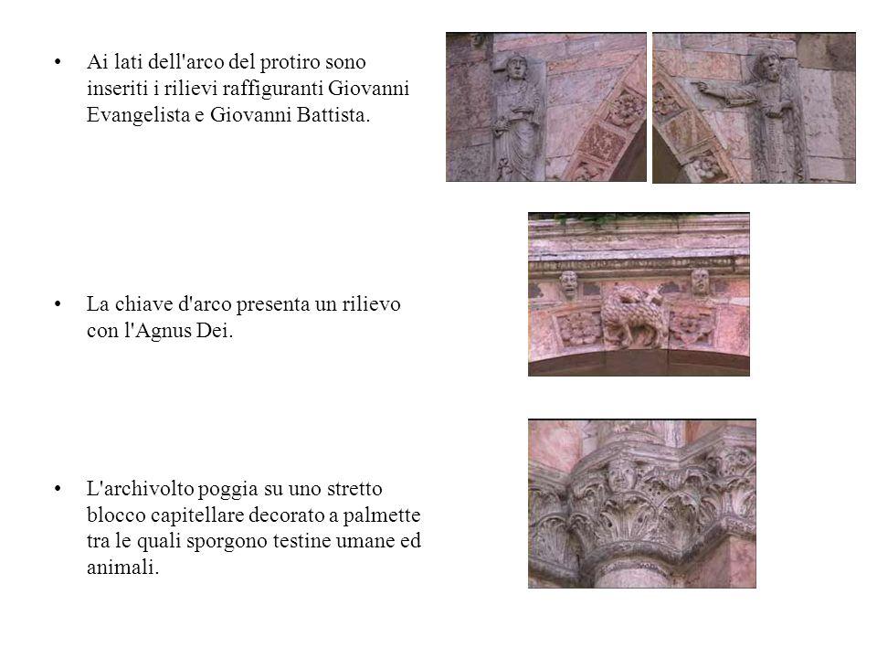 Ai lati dell'arco del protiro sono inseriti i rilievi raffiguranti Giovanni Evangelista e Giovanni Battista. La chiave d'arco presenta un rilievo con