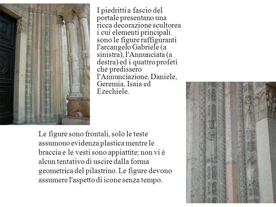 I piedritti a fascio del portale presentano una ricca decorazione scultorea i cui elementi principali sono le figure raffiguranti l'arcangelo Gabriele
