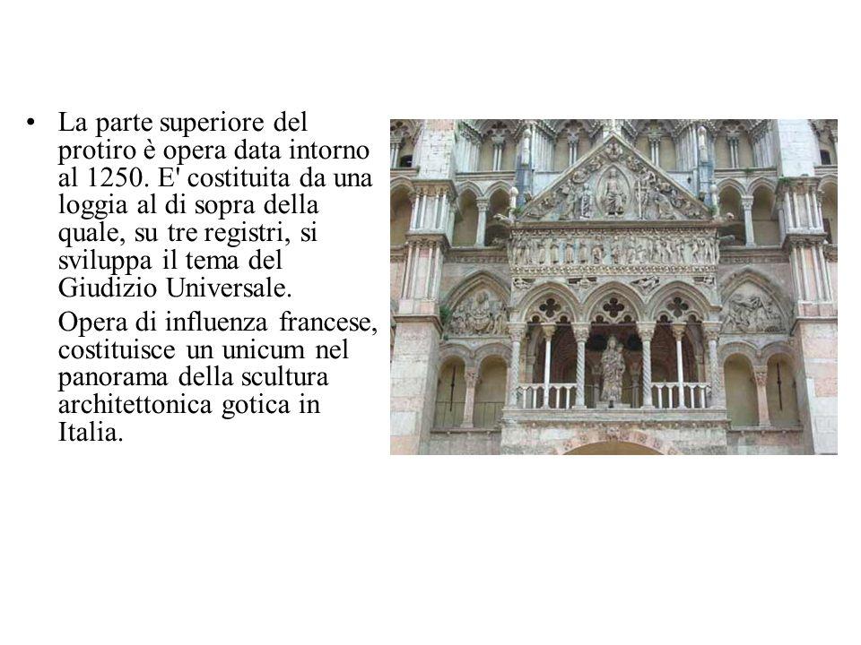 La parte superiore del protiro è opera data intorno al 1250. E' costituita da una loggia al di sopra della quale, su tre registri, si sviluppa il tema