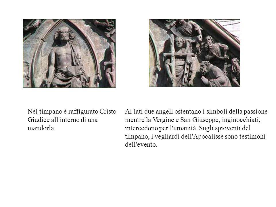 Nel timpano è raffigurato Cristo Giudice all'interno di una mandorla. Ai lati due angeli ostentano i simboli della passione mentre la Vergine e San Gi