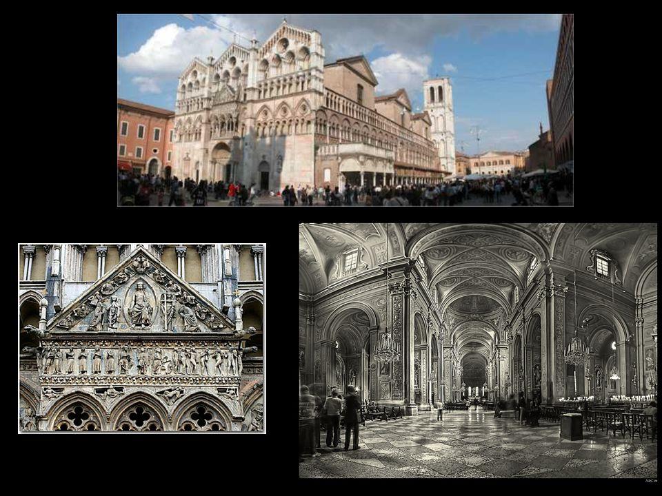Al di sopra della base romanica, la facciata è costituita da tre parti, divise da contrafforti ed aperte da logge, che si innalzano in tre cuspidi uguali.