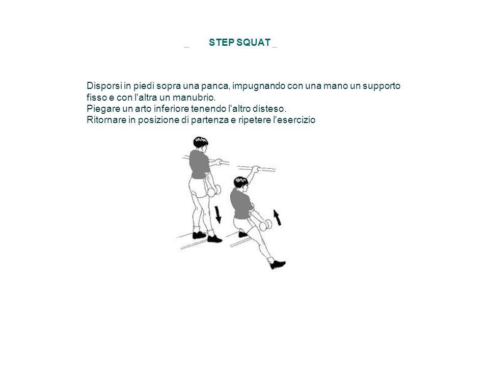 STEP SQUAT Disporsi in piedi sopra una panca, impugnando con una mano un supporto fisso e con l'altra un manubrio. Piegare un arto inferiore tenendo l