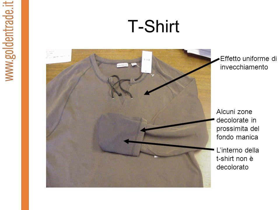 T-Shirt Effetto uniforme di invecchiamento Alcuni zone decolorate in prossimita del fondo manica Linterno della t-shirt non è decolorato
