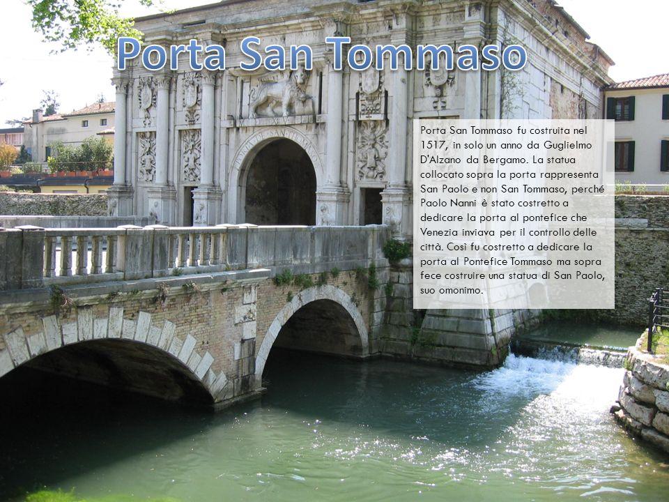 Porta San Tommaso fu costruita nel 1517, in solo un anno da Guglielmo D'Alzano da Bergamo. La statua collocato sopra la porta rappresenta San Paolo e
