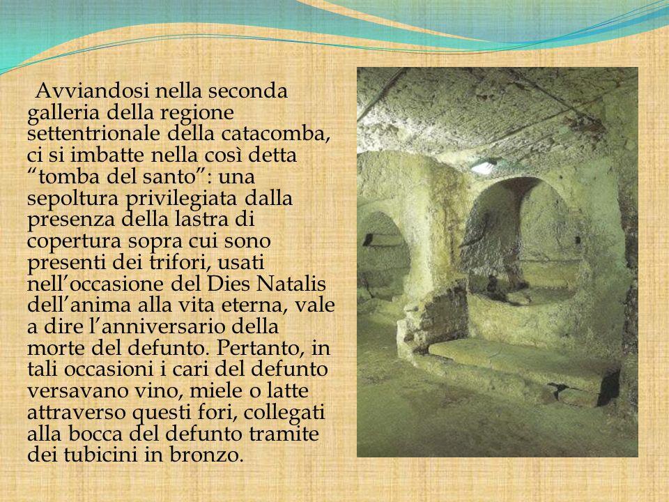 Avviandosi nella seconda galleria della regione settentrionale della catacomba, ci si imbatte nella così detta tomba del santo: una sepoltura privileg