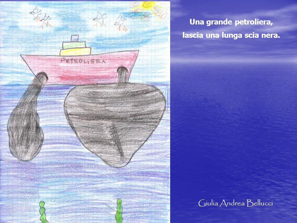 Una grande petroliera, lascia una lunga scia nera. Giulia Andrea Bellucci