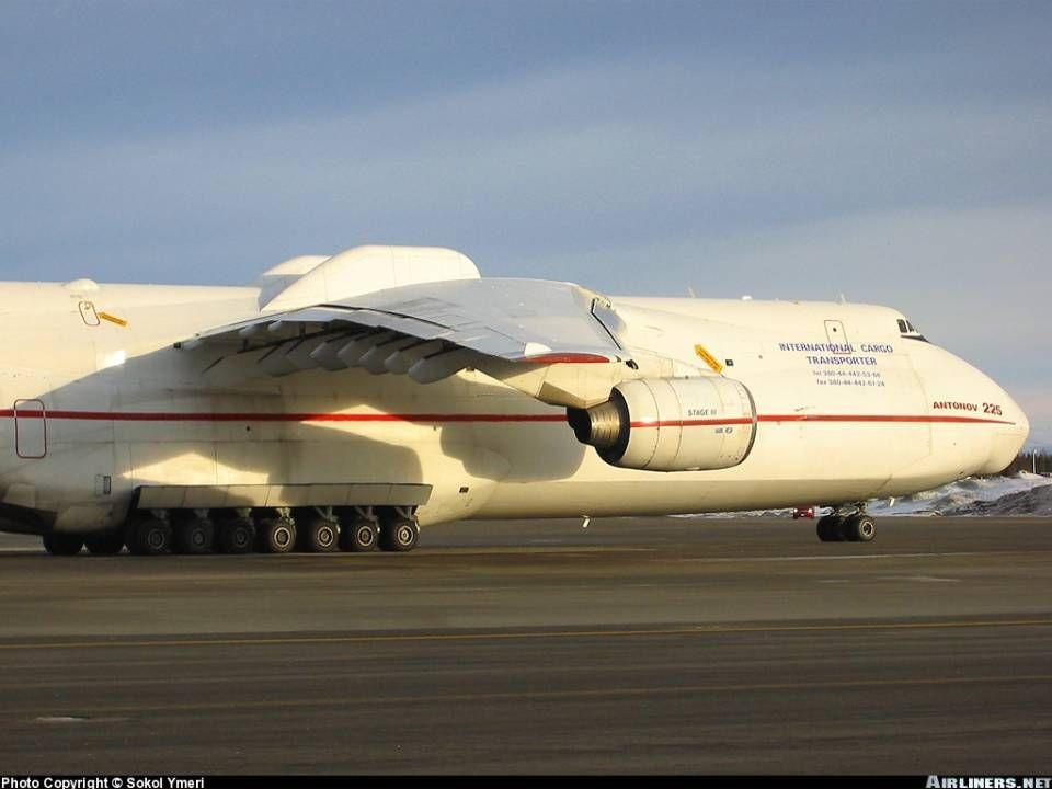 ANTONOV 225 Laereo detiene il titolo di maggior aereonave del mondo; sono più di 500 t. di metallo a sfidare la legge di gravità. È una aereo a reazio