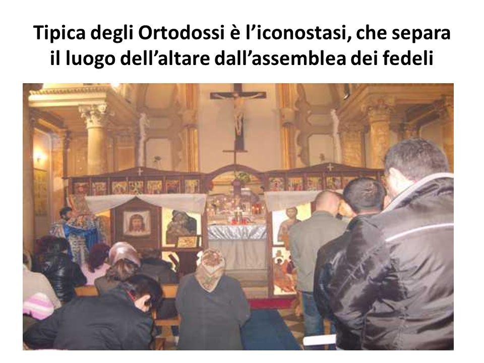 Tipica degli Ortodossi è liconostasi, che separa il luogo dellaltare dallassemblea dei fedeli