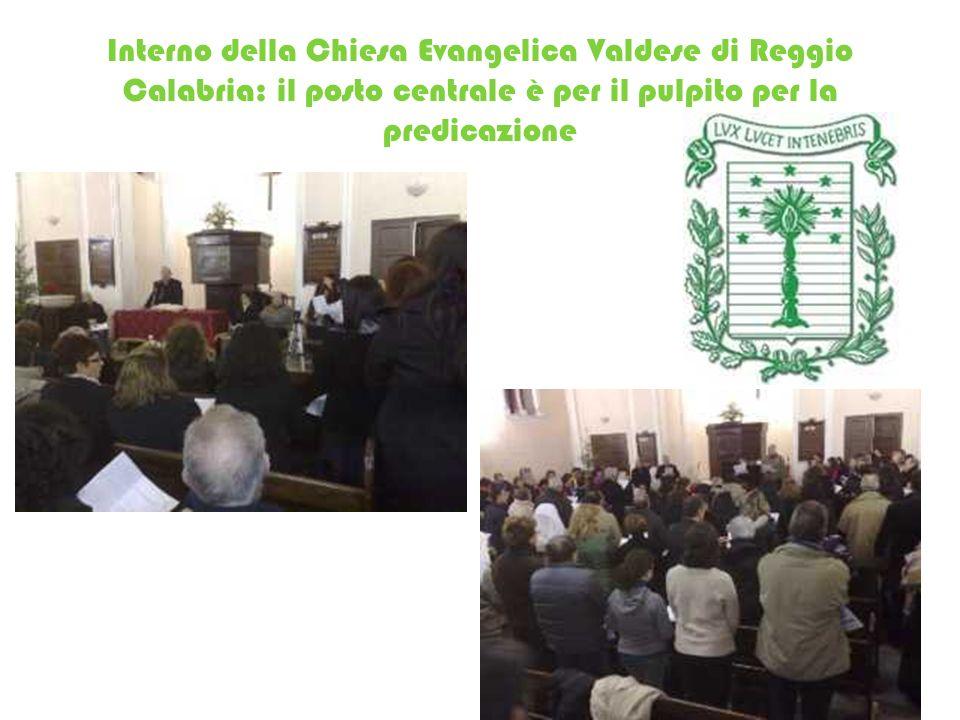 Interno della Chiesa Evangelica Valdese di Reggio Calabria: il posto centrale è per il pulpito per la predicazione
