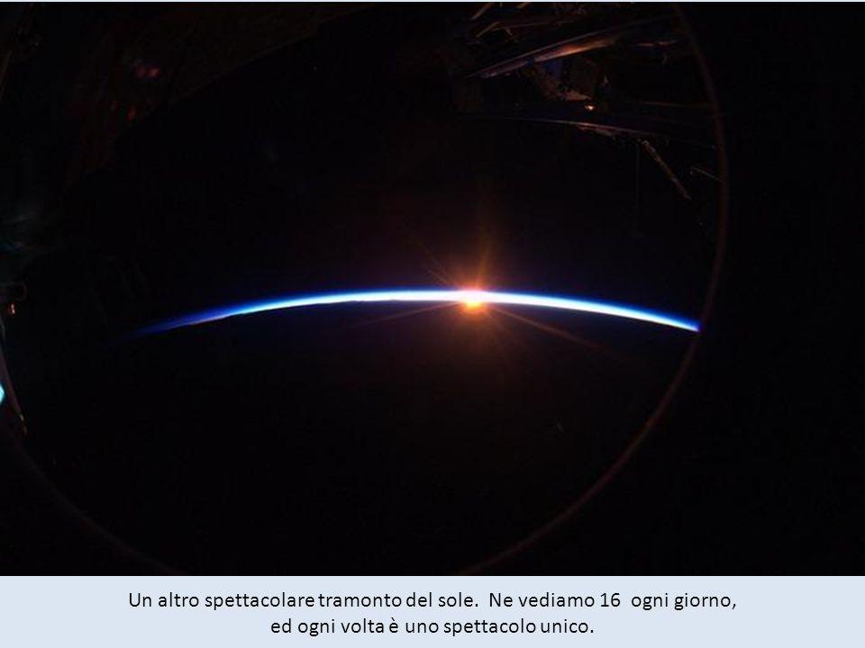 Ruotiamo sullorbita terrestre ad una velocità di 28,163 chilometri orari (8 chilometri al secondo, con una rivoluzione di circa 90 minuti, con unalba
