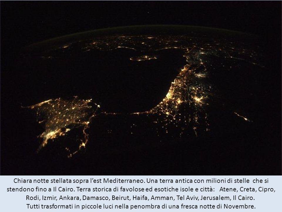 La Florida e il sud-est degli Stati Uniti durante una notte chiara, la luce della luna sopra lacqua e il cielo, bagnato da milioni di stelle.