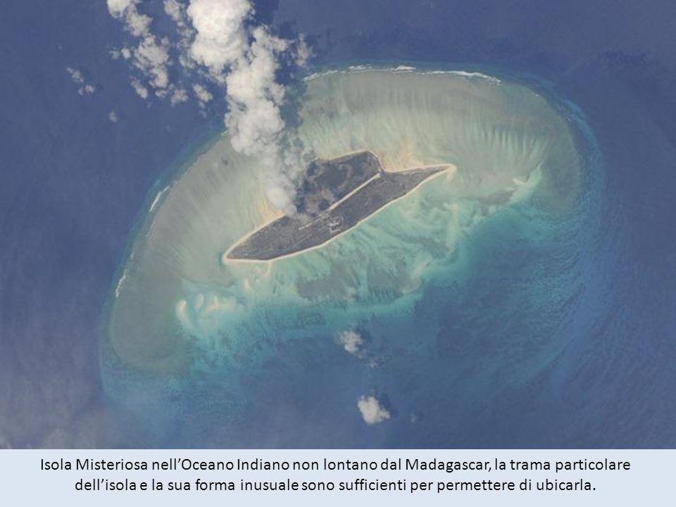 Isola Misteriosa nellOceano Indiano non lontano dal Madagascar, la trama particolare dellisola e la sua forma inusuale sono sufficienti per permettere di ubicarla.
