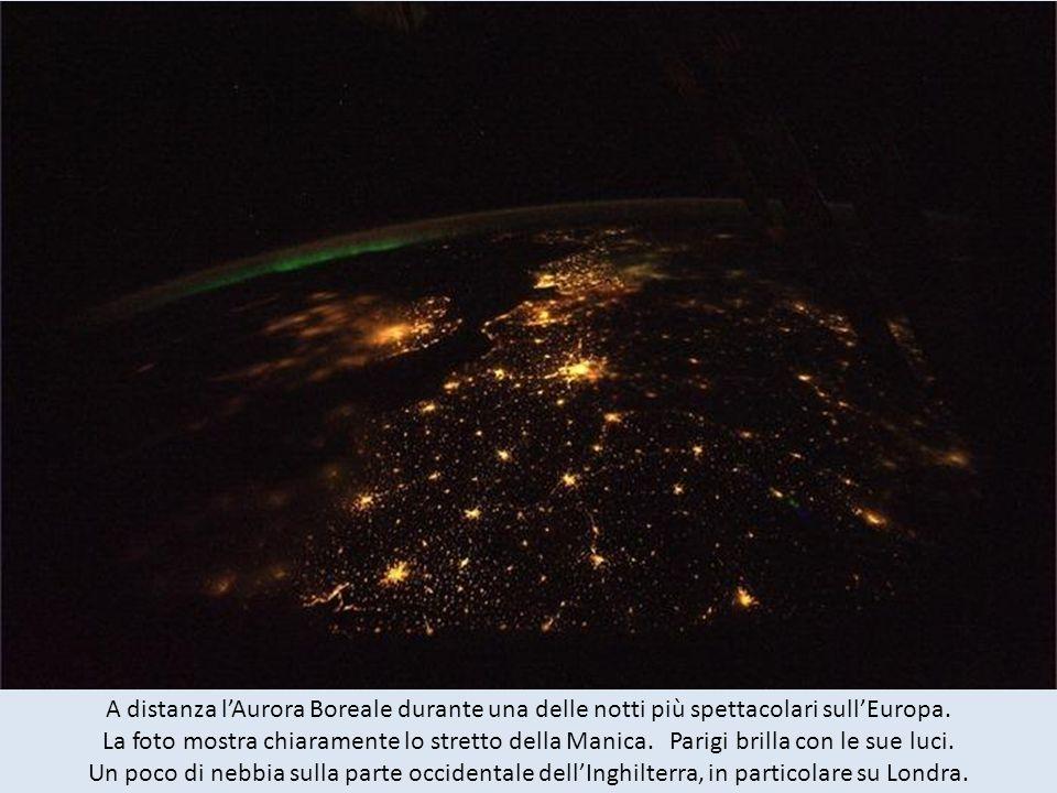 A distanza lAurora Boreale durante una delle notti più spettacolari sullEuropa.
