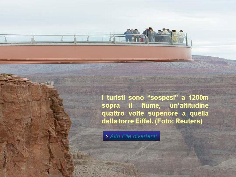 I turisti sono sospesi a 1200m sopra il fiume, unaltitudine quattro volte superiore a quella della torre Eiffel.