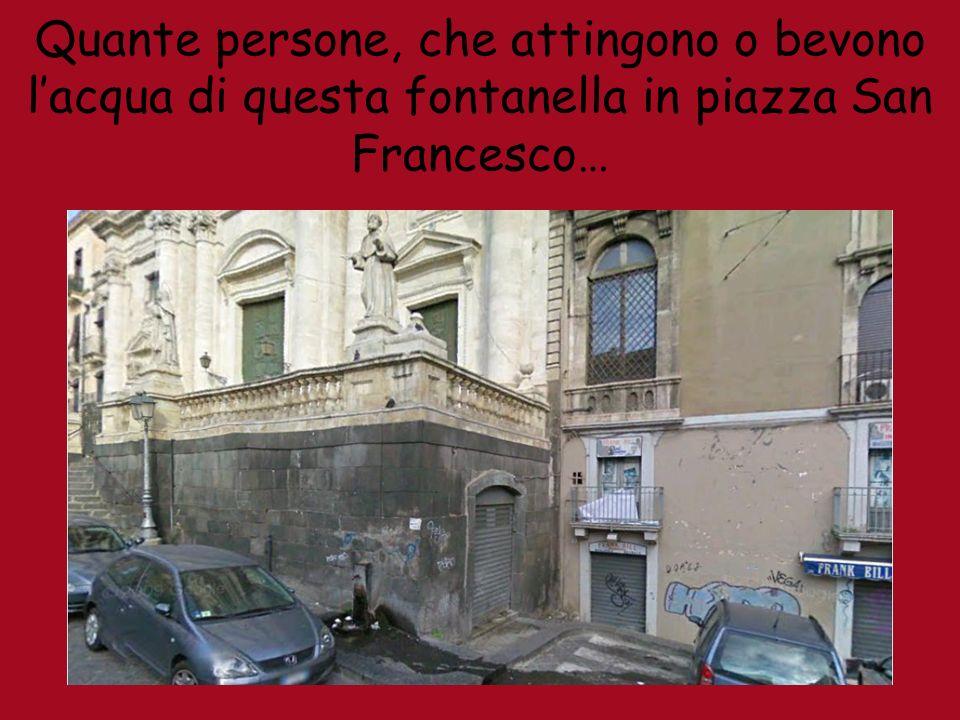 Quante persone, che attingono o bevono lacqua di questa fontanella in piazza San Francesco…