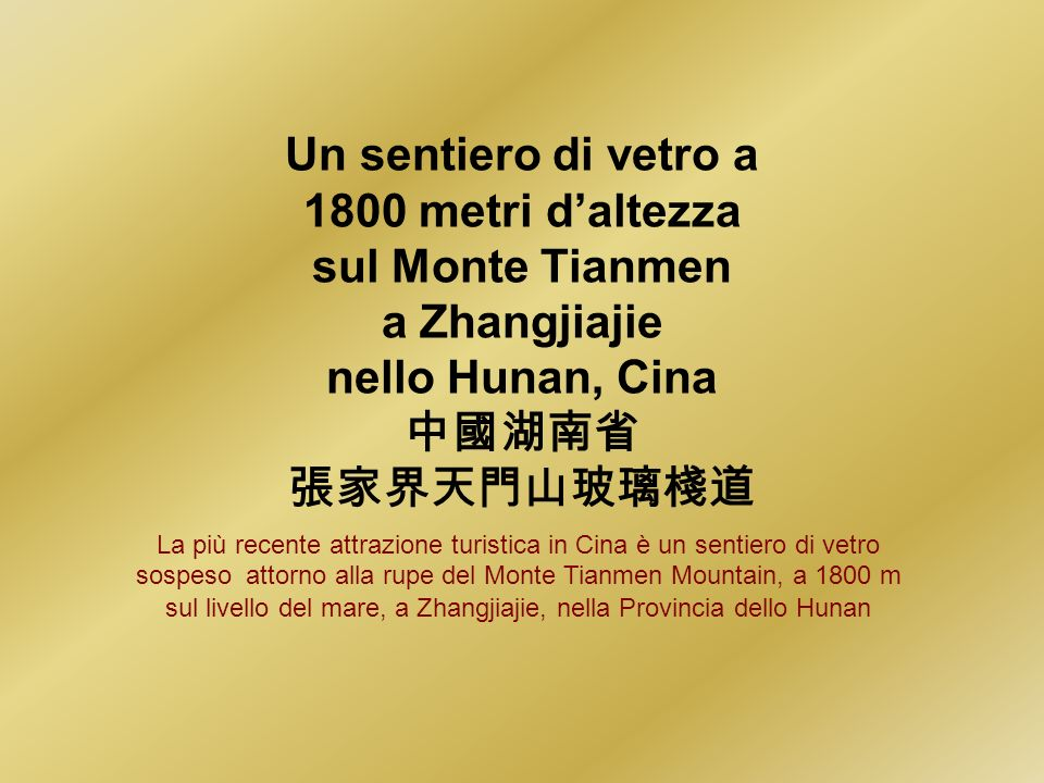 Un sentiero di vetro a 1800 metri daltezza sul Monte Tianmen a Zhangjiajie nello Hunan, Cina La più recente attrazione turistica in Cina è un sentiero di vetro sospeso attorno alla rupe del Monte Tianmen Mountain, a 1800 m sul livello del mare, a Zhangjiajie, nella Provincia dello Hunan