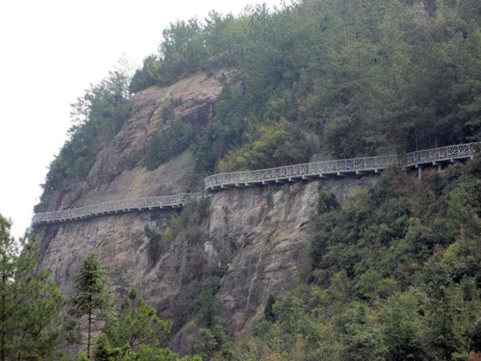 60 1430 Molti turisti con lintento di mettere alla prova i loro nervi si sono ammassati sul sentiero sospeso nel vuoto del precipizio sul fianco orientale del Monte Tienanmen a Zhangjiajie, Cina.