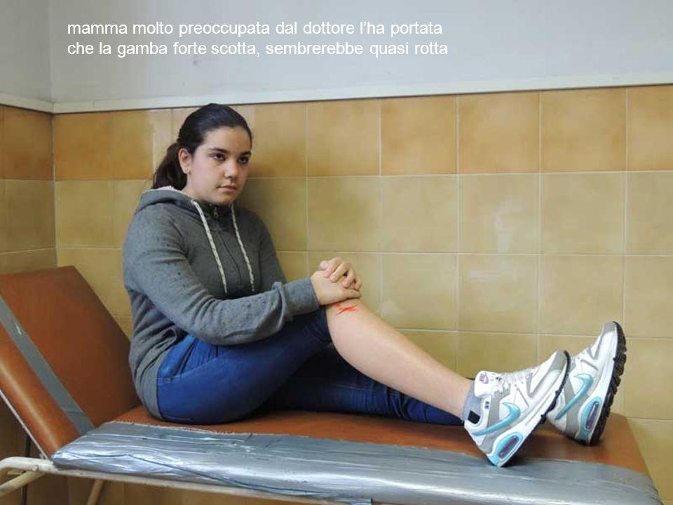 mamma molto preoccupata dal dottore lha portata che la gamba forte scotta, sembrerebbe quasi rotta