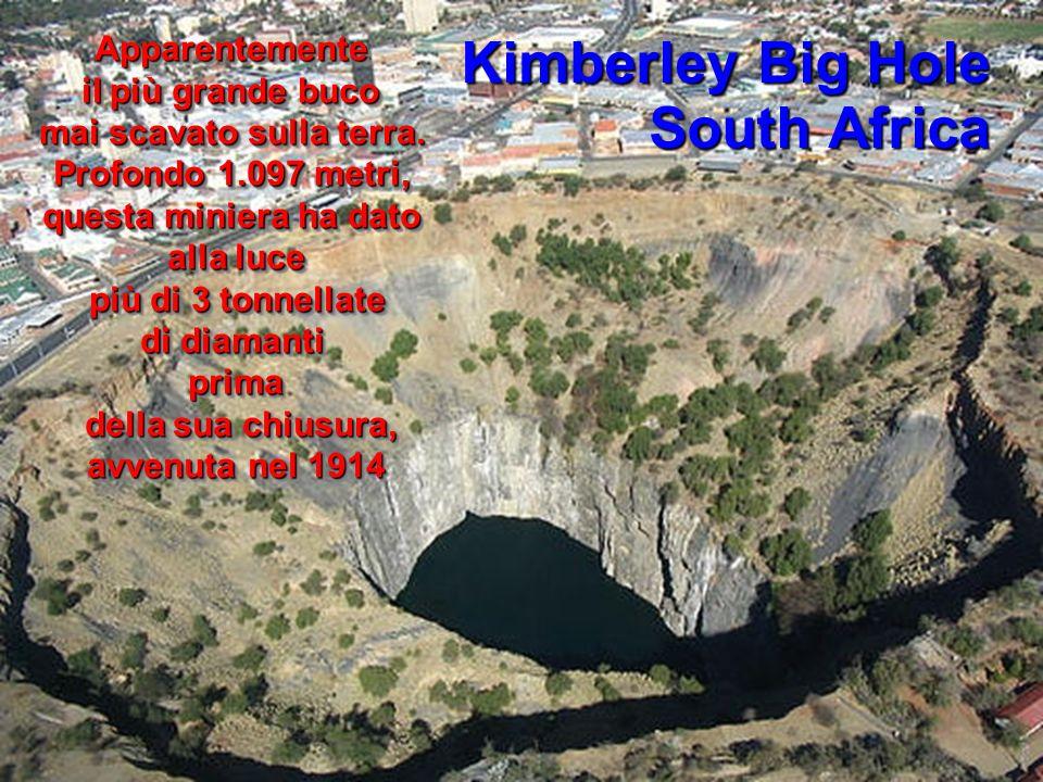 Kimberley Big Hole South Africa Apparentemente il più grande buco mai scavato sulla terra. Profondo 1.097 metri, questa miniera ha dato alla luce più