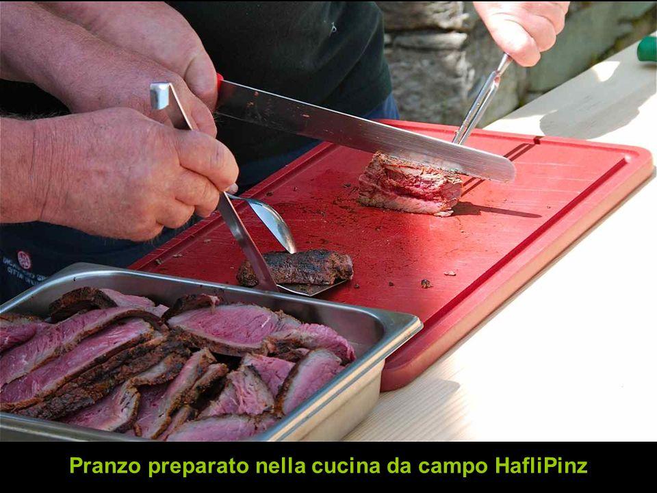 Pranzo preparato nella cucina da campo HafliPinz