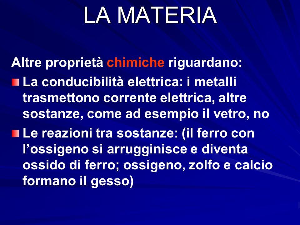 LA MATERIA Le proprietà chimiche riguardano ad esempio: La composizione: una sostanza può essere formata da un solo tipo di elemento (come il ferro) o