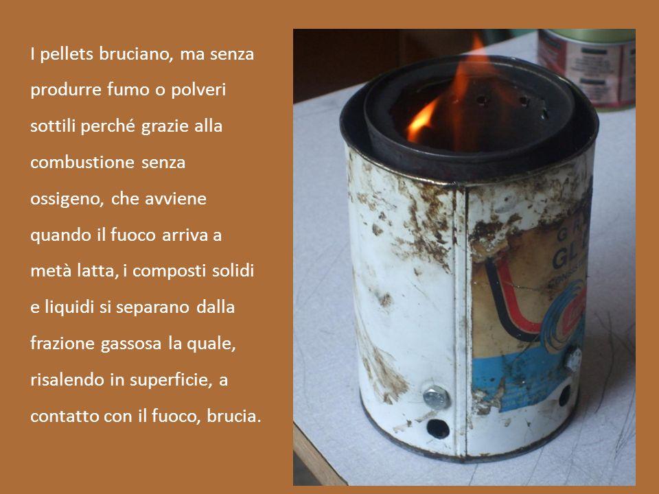 I pellets bruciano, ma senza produrre fumo o polveri sottili perché grazie alla combustione senza ossigeno, che avviene quando il fuoco arriva a metà