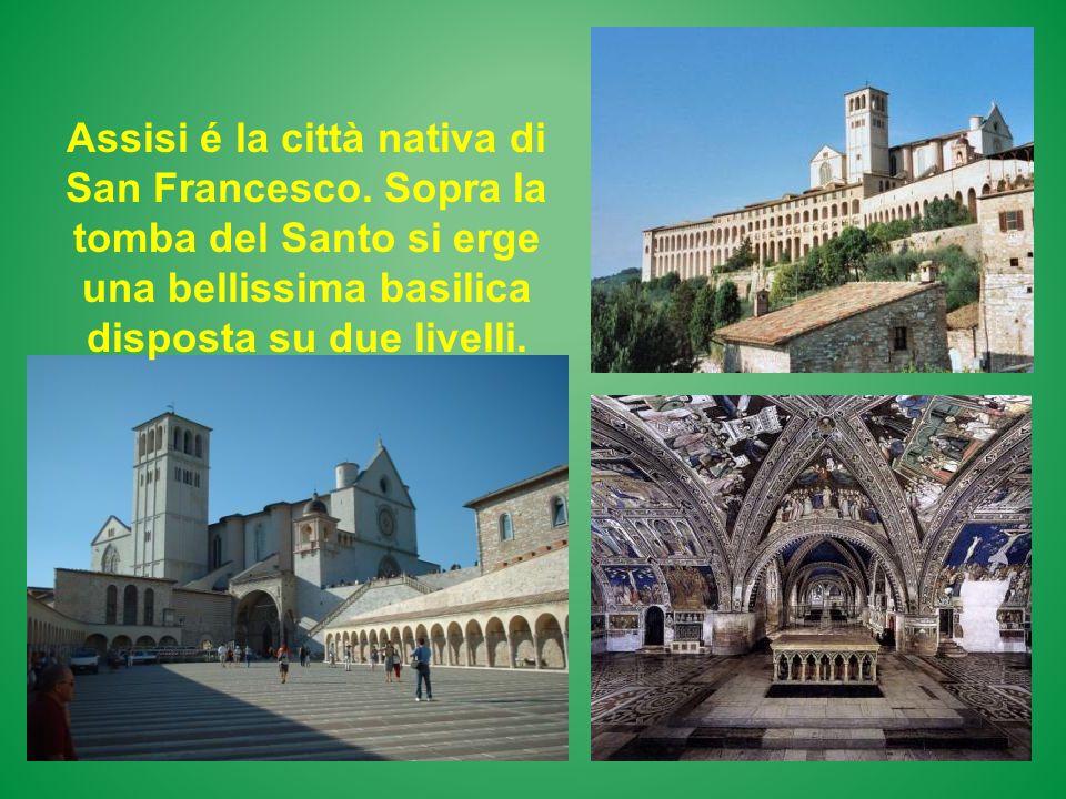 Assisi é la città nativa di San Francesco. Sopra la tomba del Santo si erge una bellissima basilica disposta su due livelli.